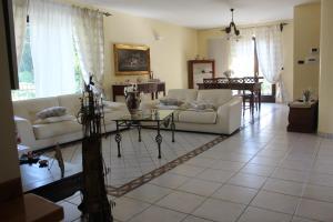 A seating area at Villa Nicolai tra Mare e Montagna