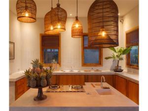 Een keuken of kitchenette bij ZIN Berawa Villas & BnB