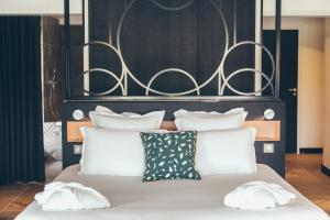 A bed or beds in a room at Hôtel & Spa Villa Seren