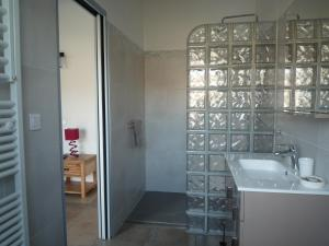 A bathroom at Chambres d'hôtes - Chez Stephane