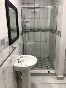 A bathroom at Plaas Knoetzie Kamma