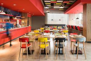 Un restaurante o sitio para comer en Ibis Mazatlan Marina