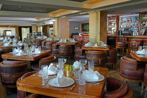 A restaurant or other place to eat at Hotel Shangri-La