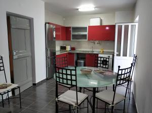 A kitchen or kitchenette at Sleep & Go Faro Airport Guest House