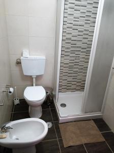 A bathroom at Sleep & Go Faro Airport Guest House