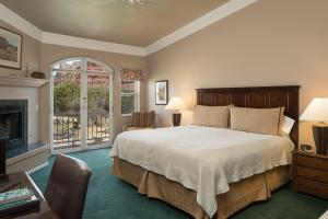A bed or beds in a room at Canyon Villa Bed & Breakfast Inn of Sedona
