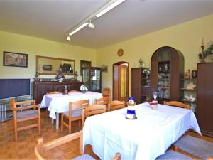 Ein Restaurant oder anderes Speiselokal in der Unterkunft Spacious Holiday House in Eschwege Germany With Private Garden