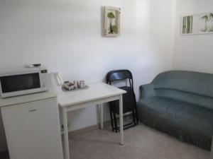 A seating area at Chambre d'Hôtes Les Ormeaux