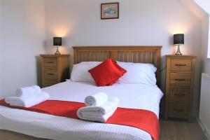 A bed or beds in a room at Glebe House Cottages