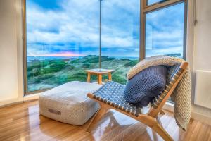 A seating area at Porky Beach Retreat - King Island Escapes