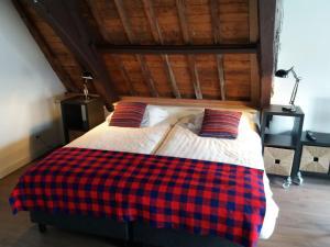 A bed or beds in a room at B&B Museumkwartier Schiedam