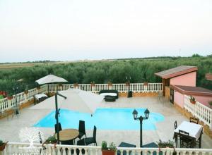 Vista sulla piscina di Tenuta Madre Terra o su una piscina nei dintorni