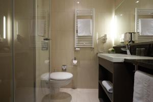 A bathroom at IntercityHotel Berlin Brandenburg Airport
