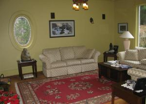 A seating area at Sasquatch Crossing Eco Lodge B&B
