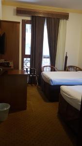 سرير بطابقين أو أسرّة بطابقين في غرفة في فندق مودة الواحة