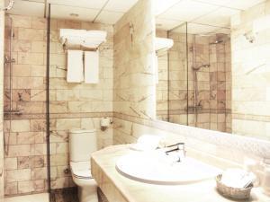 A bathroom at Aparthotel Casa Vella