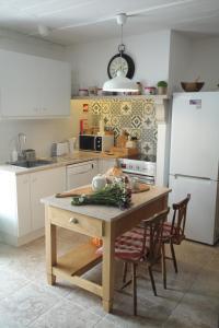 A kitchen or kitchenette at Villas de Aire