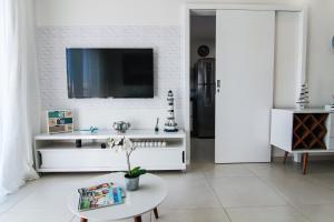 A television and/or entertainment centre at Cobertura linear Le Bon Vivant