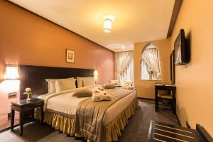 A bed or beds in a room at Hotel Almas