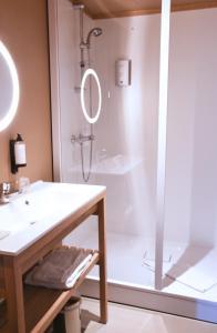A bathroom at Citotel Hôtel De Harlay