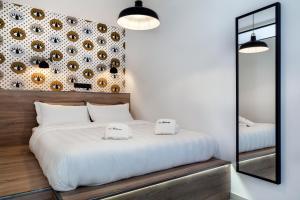 Een bed of bedden in een kamer bij The Athenians Modern Apartments
