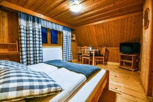 A bed or beds in a room at Pokoje Gościnne Makuszyńskiego