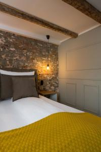 A bed or beds in a room at Square Rooms 20