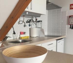 A kitchen or kitchenette at Belém Cosy Studio