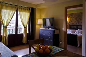 Una televisión o centro de entretenimiento en Apartamentos Playa Galizano