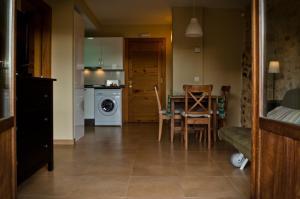 Una cocina o zona de cocina en Apartamentos Playa Galizano