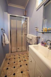 A bathroom at Walhalla Wild Cherry