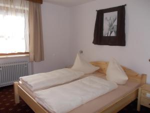Een bed of bedden in een kamer bij Hotel Lambacher