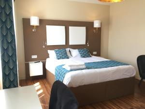 A bed or beds in a room at chambre suite B&B