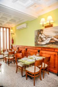 A restaurant or other place to eat at Tchero Hotel