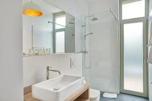 A bathroom at Park Penthouses Insel Eiswerder