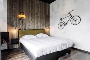 Ein Bett oder Betten in einem Zimmer der Unterkunft Upstairs Hotel