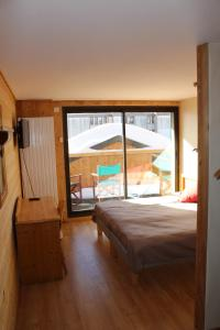 A bed or beds in a room at Hotel le Sherpa
