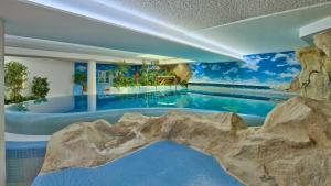 Der Swimmingpool an oder in der Nähe von Hotel zur Mühle