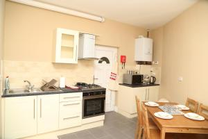 A kitchen or kitchenette at Birmingham Central Station Apartment (Flat 1)