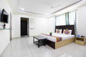 FabHotel Siri Inn Madhapurにあるベッド