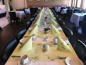 A restaurant or other place to eat at Milepelen Hotel & Vertshus