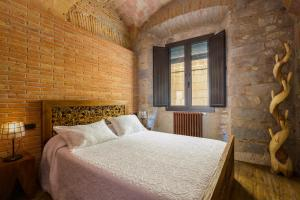 A bed or beds in a room at Hotel Històric