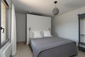 A bed or beds in a room at Les Lodges du Pic