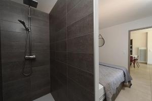 A bathroom at Les Lodges du Pic