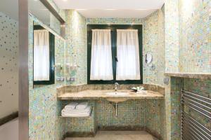 A bathroom at Hotel Històric
