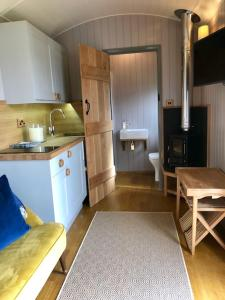 A kitchen or kitchenette at The Plough Inn