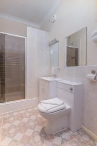 A bathroom at Sure Hotel by Best Western Birmingham South