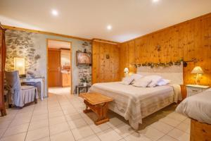 A bed or beds in a room at La Ferme d'Agathe