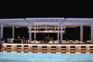 בריכת השחייה שנמצאת ב-Mykonos Palace Beach Hotel או באזור