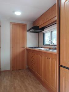 Een keuken of kitchenette bij Camping Bungalows Sol D´Or